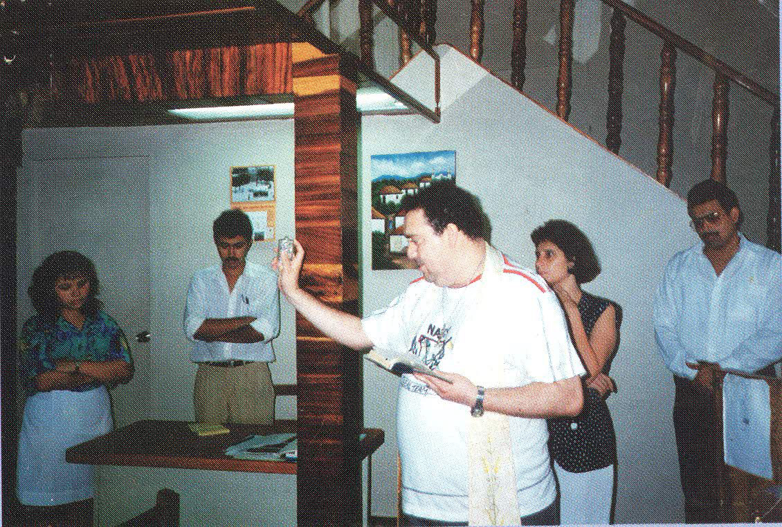 Mons. Silvio Selva bendiciendo el local de leon2000